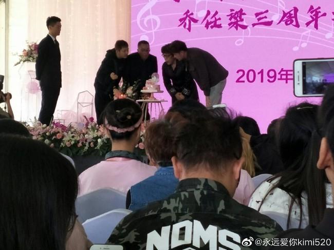 Hành động ý nghĩa của fan Trung trong ngày showbiz châu Á ngập tràn tang thương: Tiệc sinh nhật tuổi 32 màu hồng dành riêng cho tài tử quá cố Kiều Nhậm Lương - Ảnh 6.