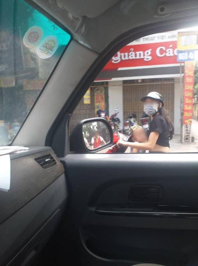Dân mạng sốc với hình ảnh người phụ nữ vừa đi xe máy vừa ... cho con bú - Ảnh 3.