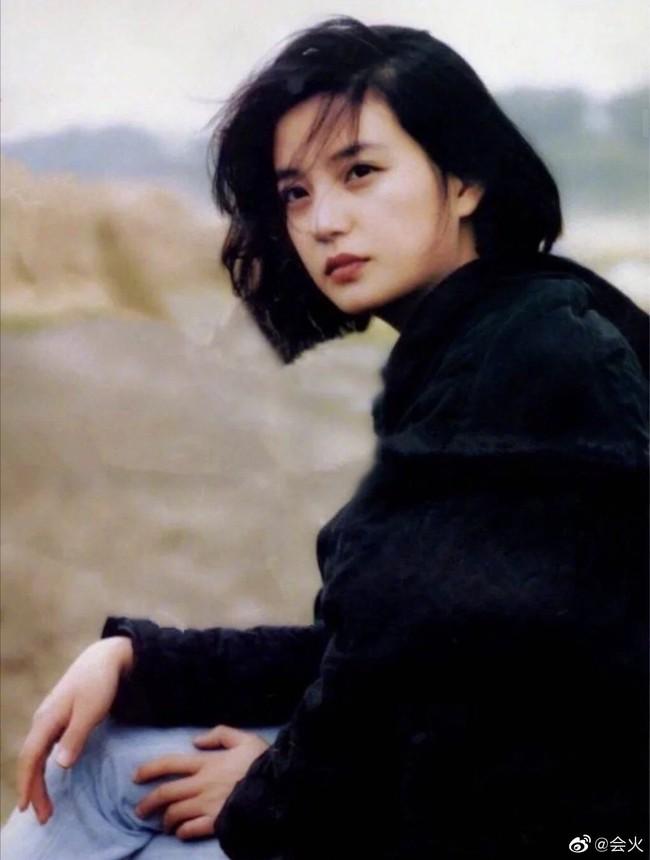 Hình ảnh 21 năm trước và 21 năm sau của Triệu Vy: Lộ dấu hiệu tuổi tác nhưng vẫn đẹp! - Ảnh 3.