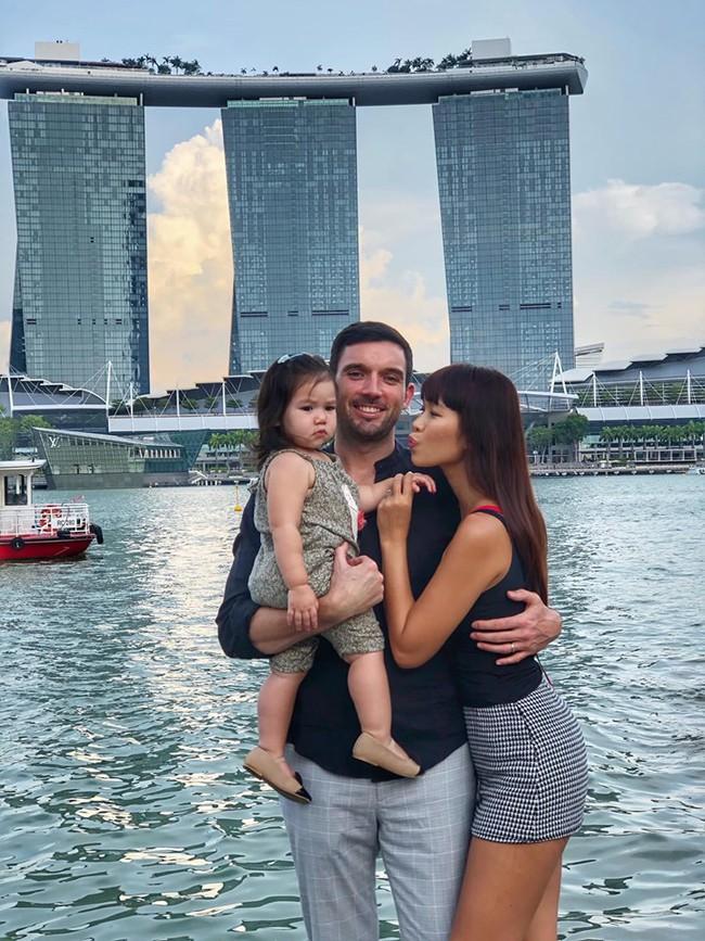 Sướng như bé Myla nhà siêu mẫu Hà Anh: Bố mẹ đưa sang tận Singapore đi thăm sở thú, diện toàn đồ hiệu đôi với mẹ mà thần thái nhiều lúc hơi khó hiểu - Ảnh 8.