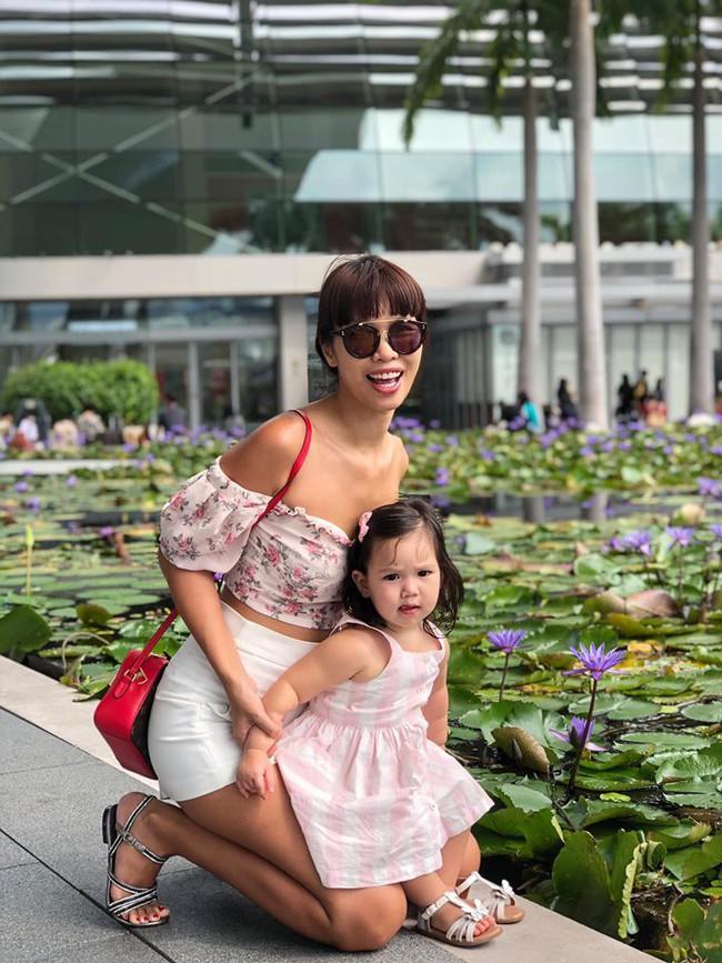 Sướng như bé Myla nhà siêu mẫu Hà Anh: Bố mẹ đưa sang tận Singapore đi thăm sở thú, diện toàn đồ hiệu đôi với mẹ mà thần thái nhiều lúc hơi khó hiểu - Ảnh 7.