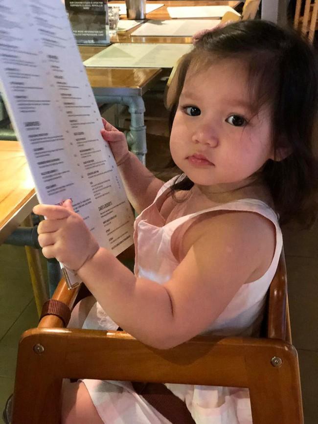 Sướng như bé Myla nhà siêu mẫu Hà Anh: Bố mẹ đưa sang tận Singapore đi thăm sở thú, diện toàn đồ hiệu đôi với mẹ mà thần thái nhiều lúc hơi khó hiểu - Ảnh 4.