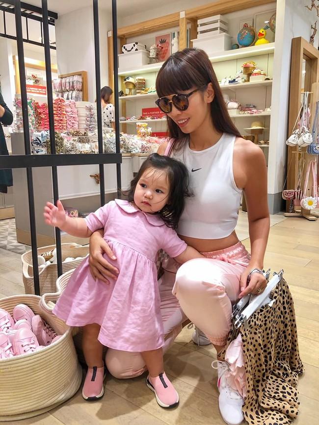 Sướng như bé Myla nhà siêu mẫu Hà Anh: Bố mẹ đưa sang tận Singapore đi thăm sở thú, diện toàn đồ hiệu đôi với mẹ mà thần thái nhiều lúc hơi khó hiểu - Ảnh 6.