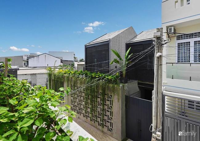 Ngôi nhà phố ngập tràn cây xanh và ánh nắng dù kín cổng cao tường ở Sài Gòn của cặp vợ chồng thành đạt quê gốc miền Trung - Ảnh 1.