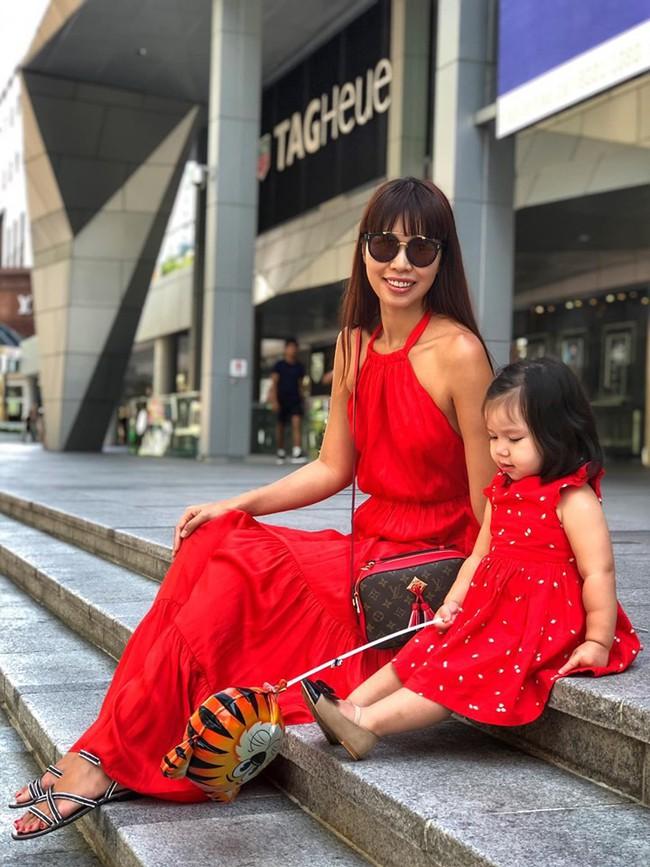 Sướng như bé Myla nhà siêu mẫu Hà Anh: Bố mẹ đưa sang tận Singapore đi thăm sở thú, diện toàn đồ hiệu đôi với mẹ mà thần thái nhiều lúc hơi khó hiểu - Ảnh 1.