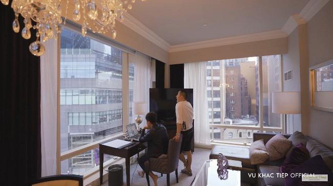Không đi cùng Ngọc Trinh, clip mới nhất của Vũ Khắc Tiệp khám phá khách sạn Trump nổi bật có người đẹp này - Ảnh 2.