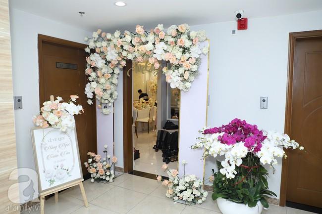 Lễ ăn hỏi của Giang Hồng Ngọc tại nhà riêng: Không gian trang nhã phủ đầy hoa tươi, cô dâu xinh đẹp vừa dịu dàng vừa gợi cảm - Ảnh 12.