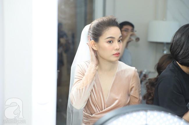 Lễ ăn hỏi của Giang Hồng Ngọc tại nhà riêng: Không gian trang nhã phủ đầy hoa tươi, cô dâu xinh đẹp vừa dịu dàng vừa gợi cảm - Ảnh 3.