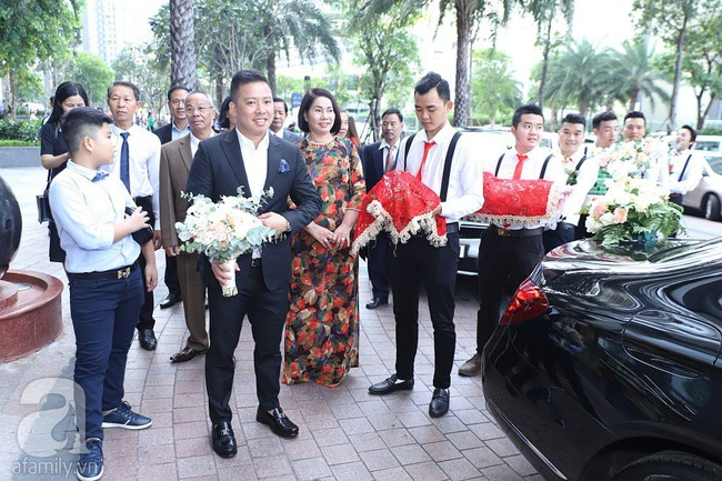 Lễ ăn hỏi của Giang Hồng Ngọc tại nhà riêng: Không gian trang nhã phủ đầy hoa tươi, cô dâu xinh đẹp vừa dịu dàng vừa gợi cảm - Ảnh 1.