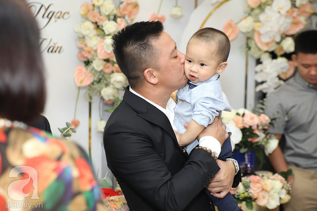 Lễ ăn hỏi của Giang Hồng Ngọc tại nhà riêng: Không gian trang nhã phủ đầy hoa tươi, cô dâu xinh đẹp vừa dịu dàng vừa gợi cảm - Ảnh 4.