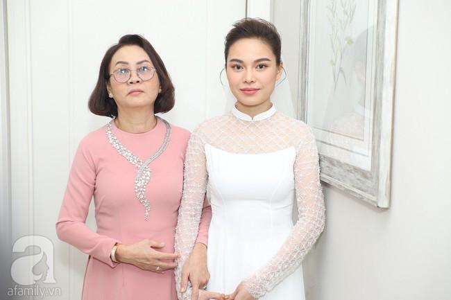 Lễ ăn hỏi của Giang Hồng Ngọc tại nhà riêng: Không gian trang nhã phủ đầy hoa tươi, cô dâu xinh đẹp vừa dịu dàng vừa gợi cảm - Ảnh 5.