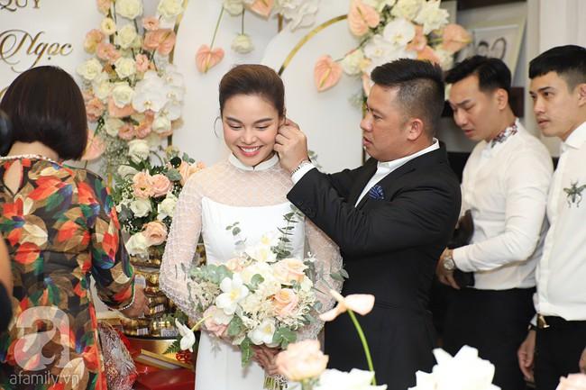 Lễ ăn hỏi của Giang Hồng Ngọc tại nhà riêng: Không gian trang nhã phủ đầy hoa tươi, cô dâu xinh đẹp vừa dịu dàng vừa gợi cảm - Ảnh 9.