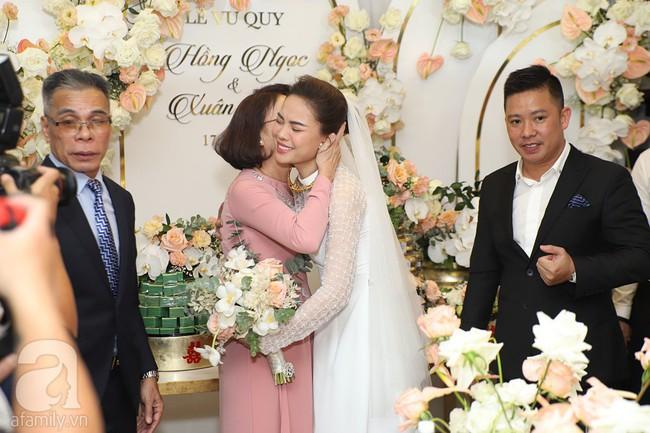 Lễ ăn hỏi của Giang Hồng Ngọc tại nhà riêng: Không gian trang nhã phủ đầy hoa tươi, cô dâu xinh đẹp vừa dịu dàng vừa gợi cảm - Ảnh 14.