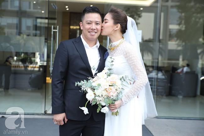 Lễ ăn hỏi của Giang Hồng Ngọc tại nhà riêng: Không gian trang nhã phủ đầy hoa tươi, cô dâu xinh đẹp vừa dịu dàng vừa gợi cảm - Ảnh 17.