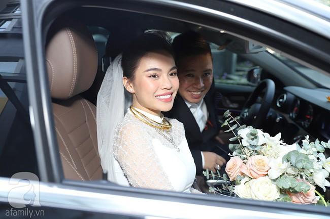 Lễ ăn hỏi của Giang Hồng Ngọc tại nhà riêng: Không gian trang nhã phủ đầy hoa tươi, cô dâu xinh đẹp vừa dịu dàng vừa gợi cảm - Ảnh 18.