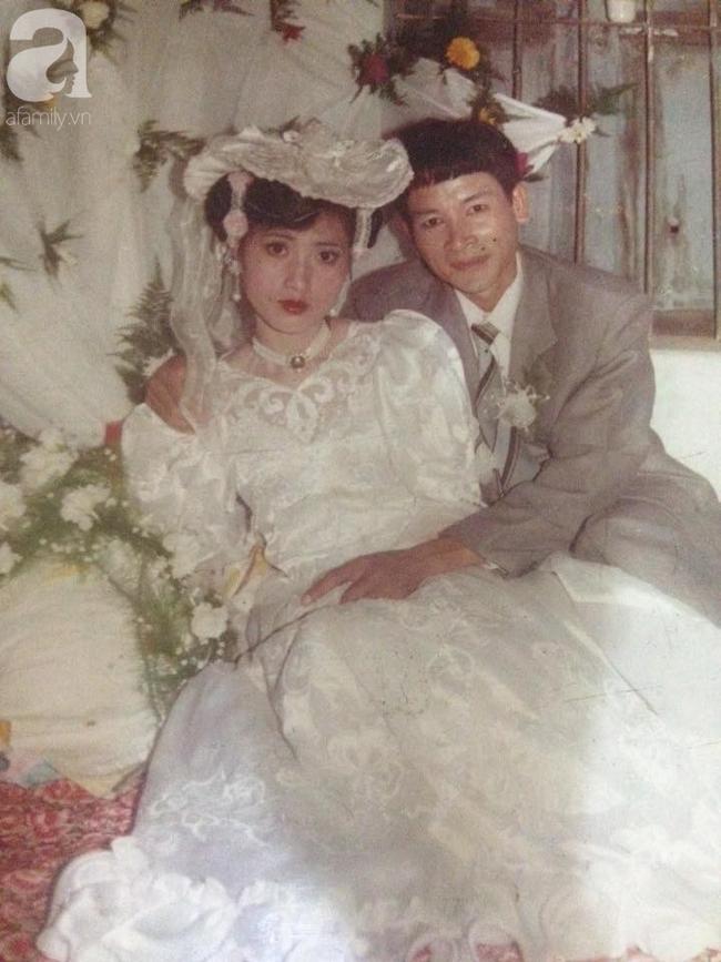 """Chuyện tình của cô """"Hoa khôi"""" Hải Dương đẹp nổi tiếng, tấm ảnh cưới 29 năm trước cũng chứa đựng cả câu chuyện dài - Ảnh 1."""