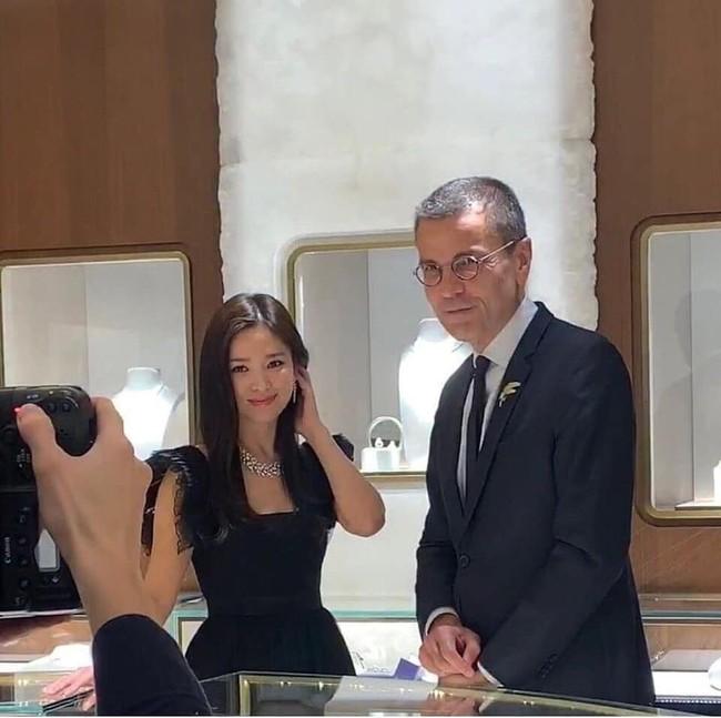 Vừa tuyên bố hủy lịch trình để tưởng nhớ Sulli, Song Hye Kyo đã lộ ảnh dự sự kiện ở Thái Lan - Ảnh 2.