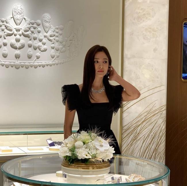 Vừa tuyên bố hủy lịch trình để tưởng nhớ Sulli, Song Hye Kyo đã lộ ảnh dự sự kiện ở Thái Lan - Ảnh 1.