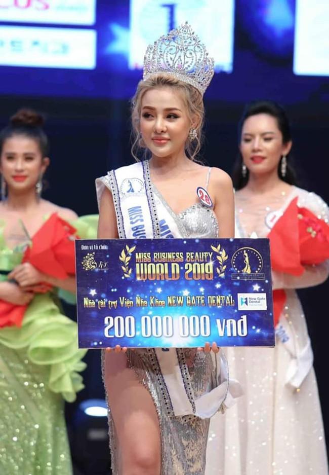 Sau lùm xùm chuyện tình cảm với Lương Bằng Quang, Ngân 98 bất ngờ đoạt giải Á hậu Doanh nhân Sắc đẹp Toàn cầu 2019 - Ảnh 1.