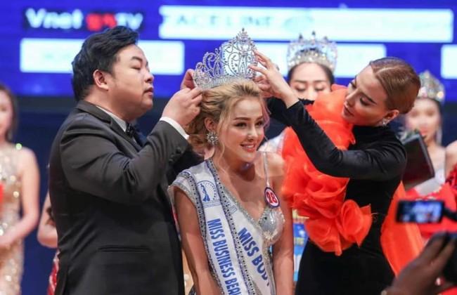 Sau lùm xùm chuyện tình cảm với Lương Bằng Quang, Ngân 98 bất ngờ đoạt giải Á hậu Doanh nhân Sắc đẹp Toàn cầu 2019 - Ảnh 2.