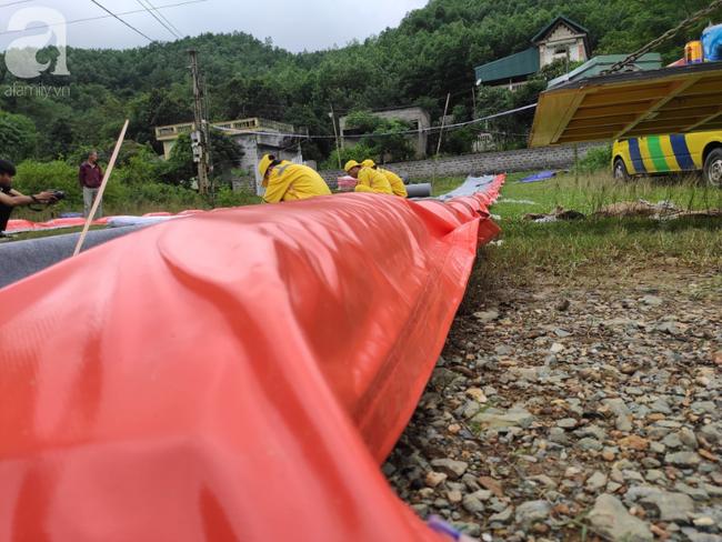 Đang triển khai lắp đặt hệ thống lưới lọc dầu trên suối Trâm và hồ Đầm Bài - Ảnh 7.