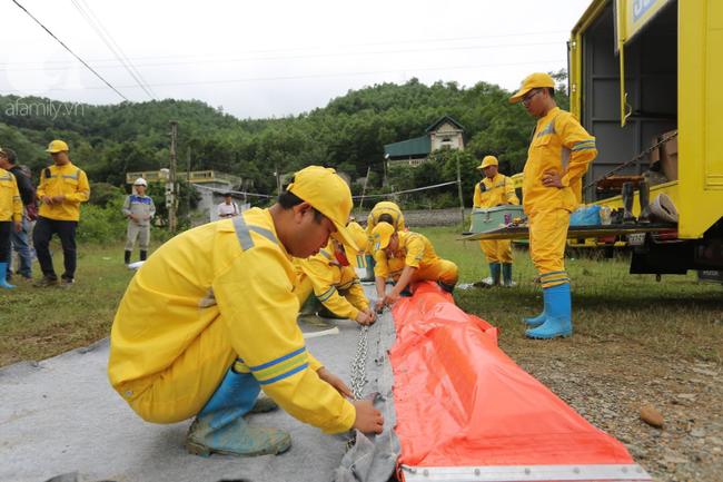 Đang triển khai lắp đặt hệ thống lưới lọc dầu trên suối Trâm và hồ Đầm Bài - Ảnh 5.