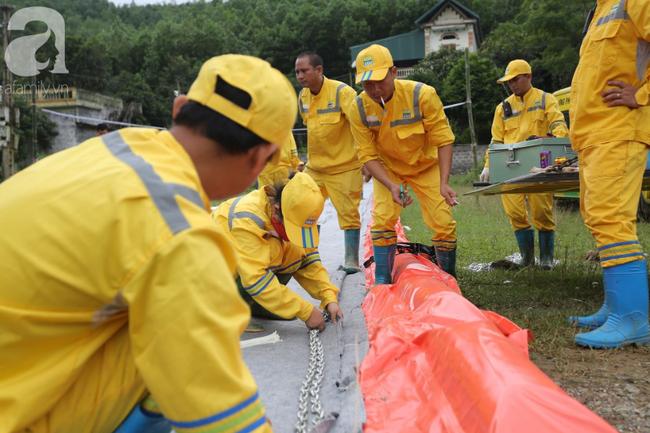 Đang triển khai lắp đặt hệ thống lưới lọc dầu trên suối Trâm và hồ Đầm Bài - Ảnh 4.