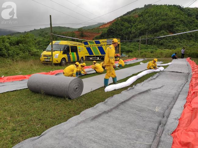 Đang triển khai lắp đặt hệ thống lưới lọc dầu trên suối Trâm và hồ Đầm Bài - Ảnh 1.