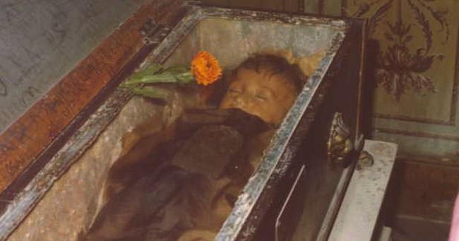 """Bí ẩn về """"thiên thần say ngủ"""": Xác ướp bé gái gần trăm năm vẫn còn chớp mắt khiến ai cũng lạnh người - Ảnh 4."""