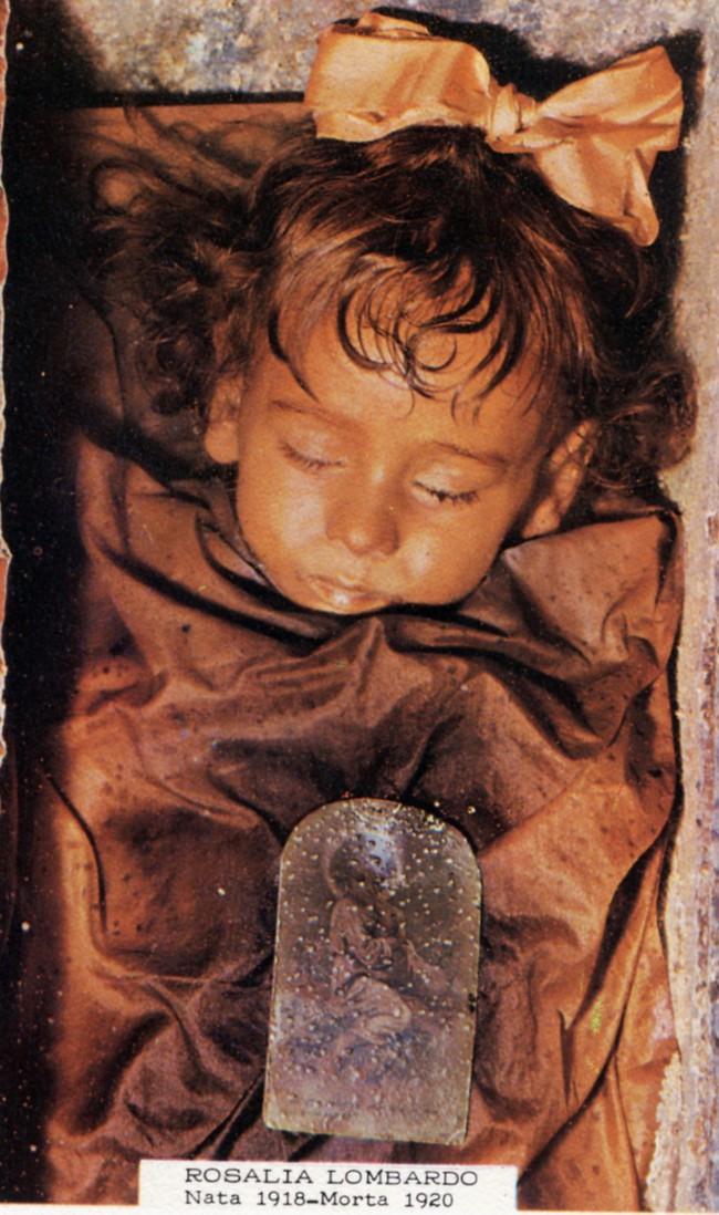 """Bí ẩn về """"thiên thần say ngủ"""": Xác ướp bé gái gần trăm năm vẫn còn chớp mắt khiến ai cũng lạnh người - Ảnh 2."""