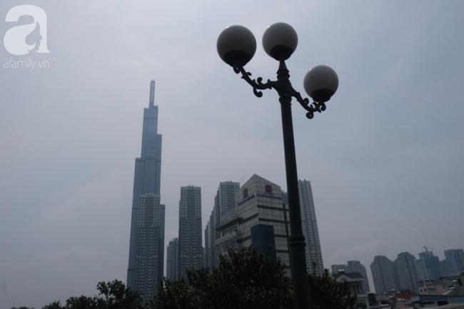 TP.HCM lại bị sương mù bao phủ, bụi giăng mịt mờ giữa ban ngày - Ảnh 9.