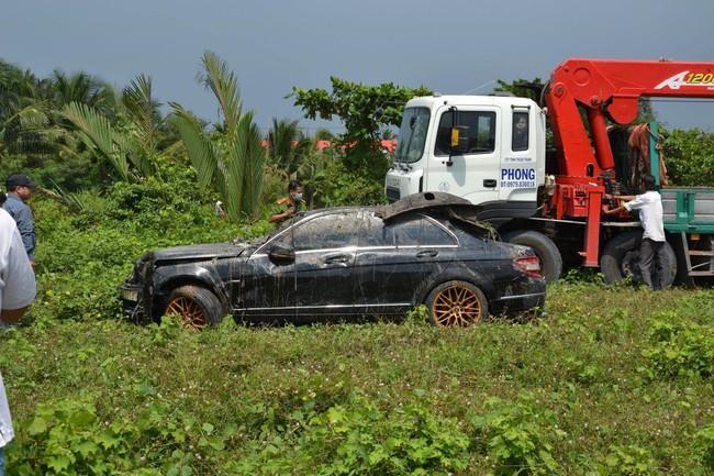 Chiếc xe Mercedes được trục vớt lên bờ