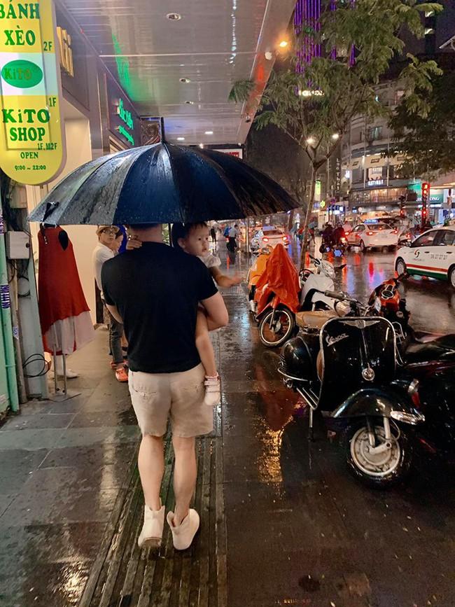 Phan Như Thảo khoe được chồng chiều chuộng, lặn lội mang ô ra đón vợ trong trời mưa gió - Ảnh 4.