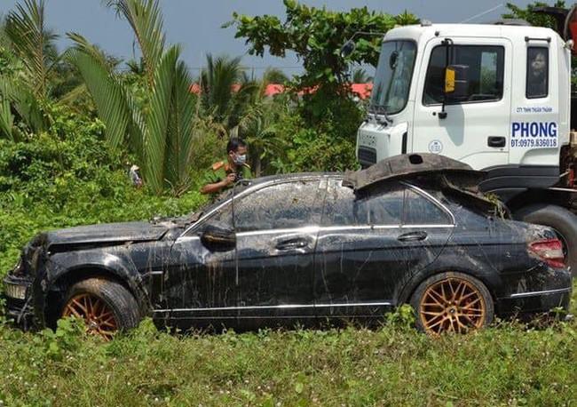 Hé lộ danh tính 3 người tử vong trong xe ô tô sau khi rơi xuống kênh mất tích - Ảnh 2.