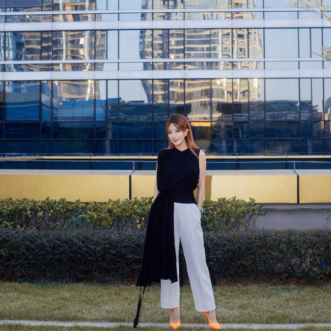 """Giữa tin đồn rạn nứt hôn nhân với Angelababy, Huỳnh Hiểu Minh sánh đôi bên """"mối tình đầu"""" Triệu Vy tỏa sáng tại Liên hoan phim Quốc tế Con đường tơ lụa năm 2019 - Ảnh 4."""