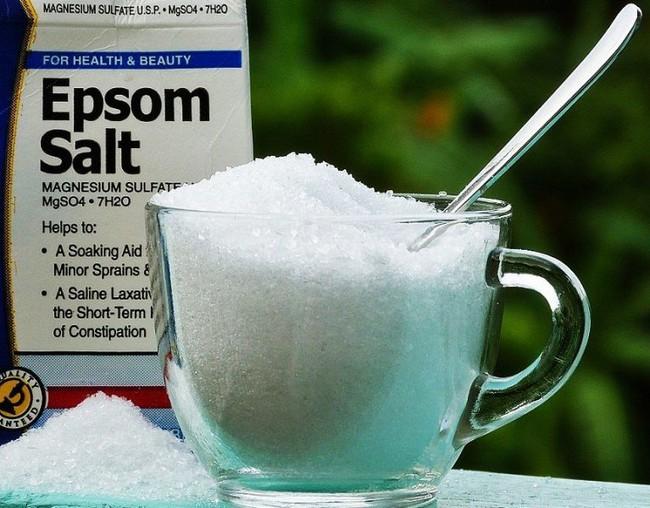 Cho muối vào dầu gội, bạn sẽ bất ngờ khi tóc ngày càng bóng mượt và giảm rụng   - Ảnh 1.