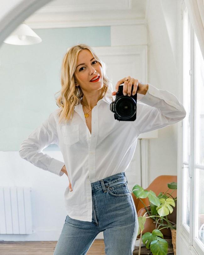 Định cư tại Pháp, quý cô này đã giác ngộ được 3 kiểu áo lý tưởng để kết đôi với quần jeans, mặc là dứt khoát đẹp - Ảnh 4.