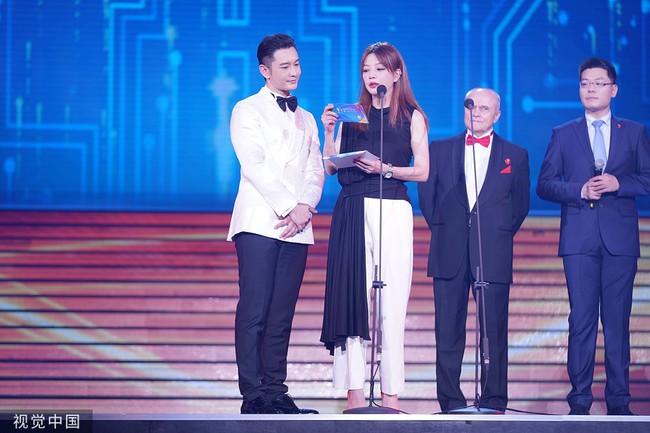Giữa lùm xùm ly hôn Angelababy, Huỳnh Hiểu Minh nhìn đắm đuối tình đầu Triệu Vy trên sân khấu - Ảnh 2.