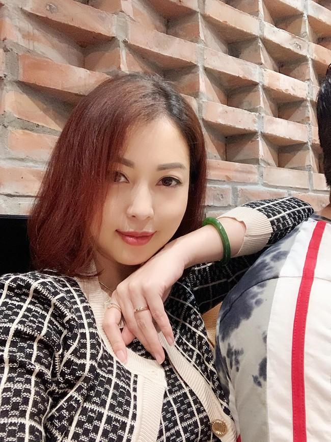 Tăng cân trông thấy ở tháng thứ 6 thai kỳ nhưng Jennifer Phạm vẫn vô cùng xinh đẹp trong hình ảnh chụp trộm - Ảnh 3.
