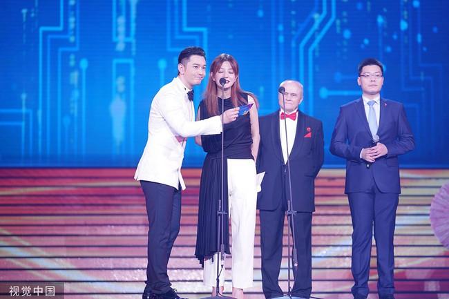 Giữa lùm xùm ly hôn Angelababy, Huỳnh Hiểu Minh nhìn đắm đuối tình đầu Triệu Vy trên sân khấu - Ảnh 1.