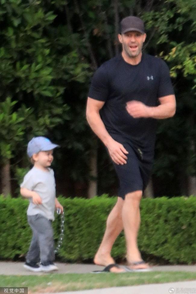 """Nam tài tử """"Người vận chuyển"""" Jason Statham khiến người hâm mộ cười té ghế vì cách đưa con trai đi chơi vô cùng bá đạo - Ảnh 1."""