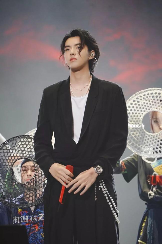 """Những mỹ nam khiến dân tình """"đổ gục"""" khi đeo vòng ngọc trai: Từ idol đẹp nhất thế giới đến Sơn Tùng đều góp mặt - Ảnh 5."""