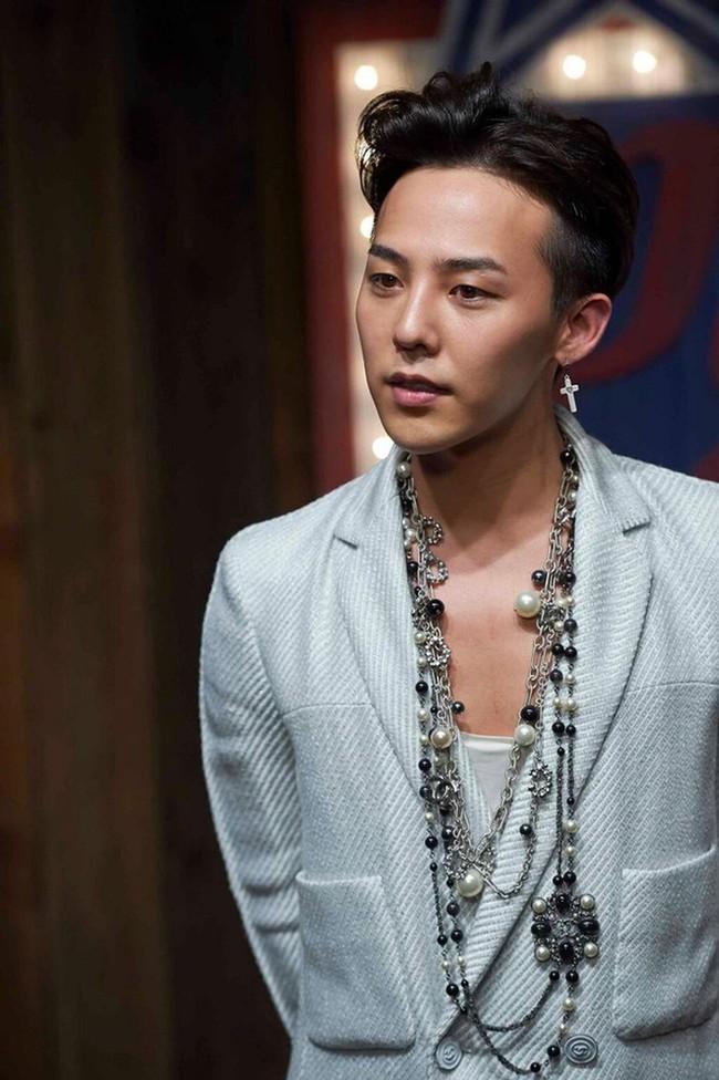 """Những mỹ nam khiến dân tình """"đổ gục"""" khi đeo vòng ngọc trai: Từ idol đẹp nhất thế giới đến Sơn Tùng đều góp mặt - Ảnh 4."""
