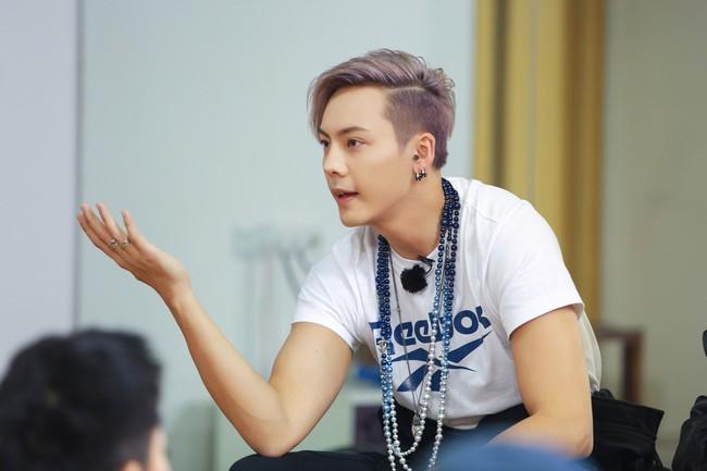 """Những mỹ nam khiến dân tình """"đổ gục"""" khi đeo vòng ngọc trai: Từ idol đẹp nhất thế giới đến Sơn Tùng đều góp mặt - Ảnh 7."""