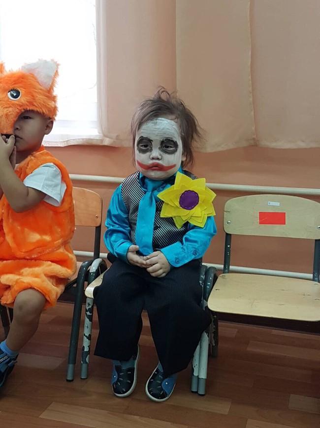 Em bé sáng nhất MXH hôm nay: Khi bạn muốn ở nhà mà phải hóa trang thành Joker đến lớp - Ảnh 1.
