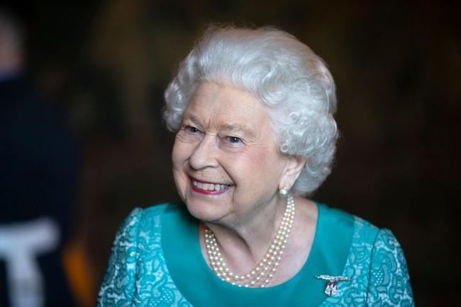 """Nữ hoàng Anh luôn trẻ trung, tươi tắn hơn nhiều so với tuổi 93, chuyên gia trang điểm tiết lộ """"thủ thuật"""" make up mà bà vẫn hay áp dụng để hack tuổi - Ảnh 2."""