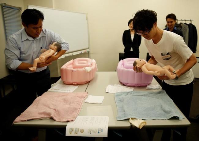 """""""Hoảng hồn"""" với ông bố trẻ xoay bay đầu """"con"""" trong lớp học kỹ năng chăm bé sơ sinh dành cho các ông bố - Ảnh 4."""