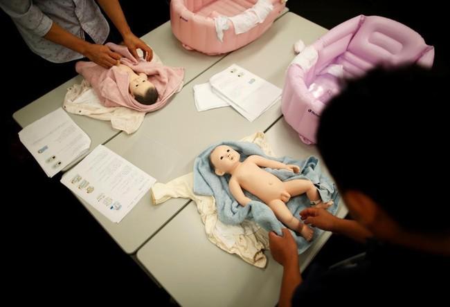"""""""Hoảng hồn"""" với ông bố trẻ xoay bay đầu """"con"""" trong lớp học kỹ năng chăm bé sơ sinh dành cho các ông bố - Ảnh 5."""