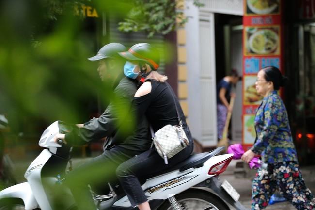 Hà Nội: Không khí lạnh tràn về, nhiệt độ giảm mạnh, người dân co ro, mặc áo ấm khi ra đường - Ảnh 6.