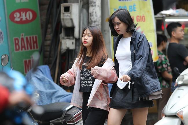 Hà Nội: Không khí lạnh tràn về, nhiệt độ giảm mạnh, người dân co ro, mặc áo ấm khi ra đường - Ảnh 7.